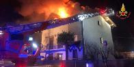 Varese, in fiamme il tetto di una villa nel comune di Venegono