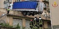 Palermo, TIR finisce in bilico sul tetto di alcuni garage