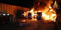 Avellino, spaventoso rogo in un deposito di mezzi pesanti a Montefredane